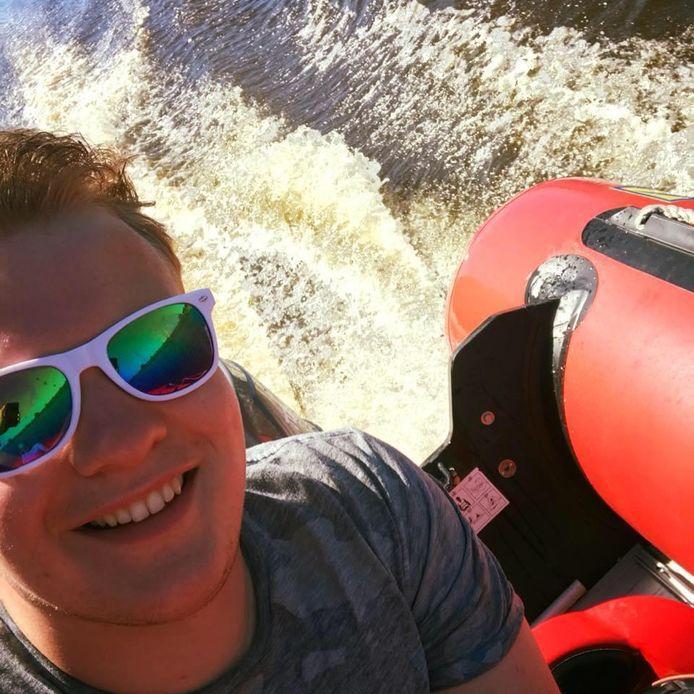 Tom Nijenhuis blijft achter in Den Ham, terwijl zijn vrienden op vakantie gaan naar Malta. 'Dit is balen'.