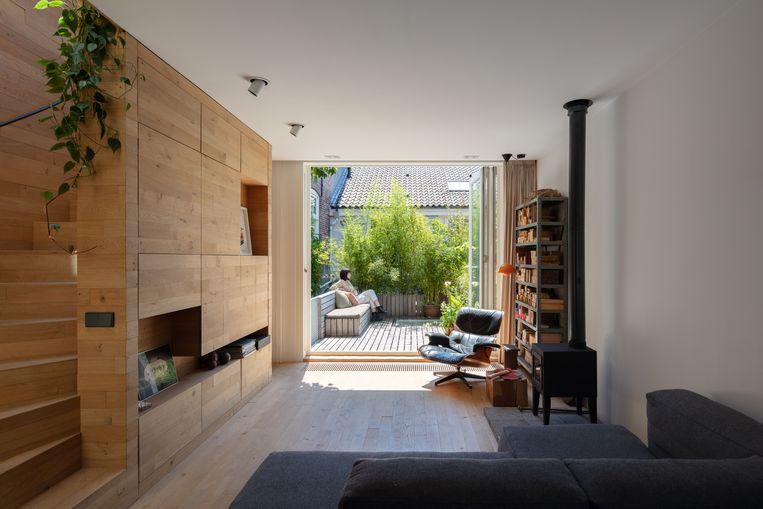 De eerste verdieping herbergt een living met haardvuur, een dakterras en een badkamer met ligbad.   Beeld Stijn Poelstra