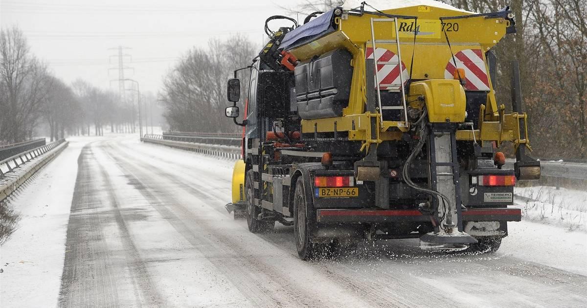 Nederland ontwaakt na vlokdown: code geel voor gladheid provincies oostgrens, meerdere ongelukken.