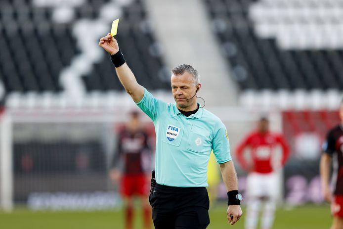 Björn Kuipers trekt de gele kaart. Deze foto is ter illustratie en komt niet overeen met de gele kaart waarover in dit artikel gesproken wordt.