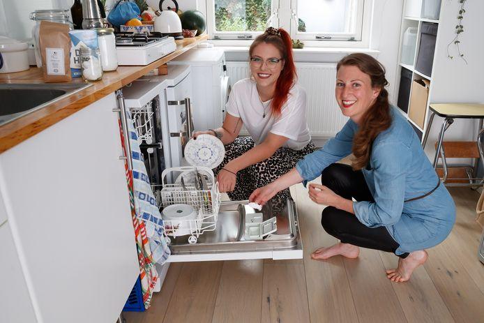 Breda - 22-5-2020 - Foto: Pix4Profs/Marcel Otterspeer - Duurzaamheid. Freelancer Sandra Moerland in actie met Elisah Pals voor de serie Zelf Maken. Vaatwasblokjes kun je ook zelf maken.