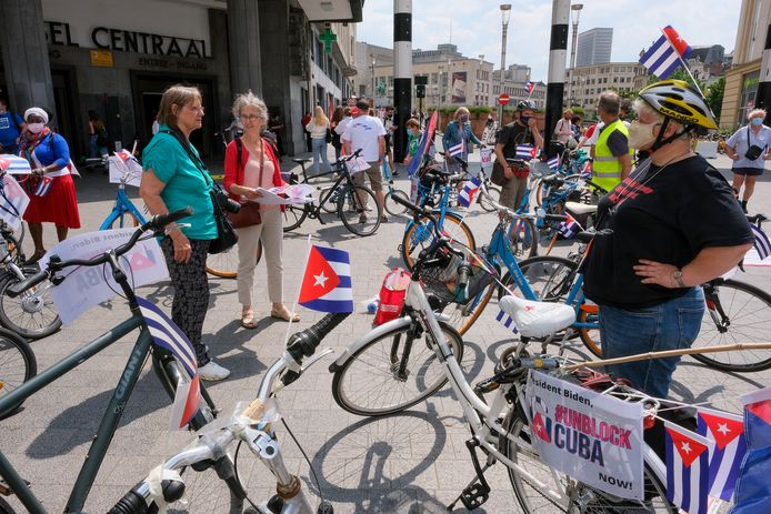 Een honderdtal personen, onder wie dertig fietsers, heeft zaterdag in Brussel gemanifesteerd tegen de opheffing van de Amerikaanse blokkade van Cuba.