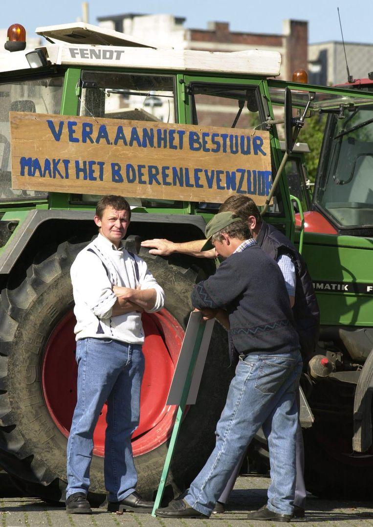 Boeren maken in 2000 toenmalig Vlaams minister van Landbouw en Leefmilieu Vera Dua duidelijk dat het zo niet verder kan. Beeld BELGA