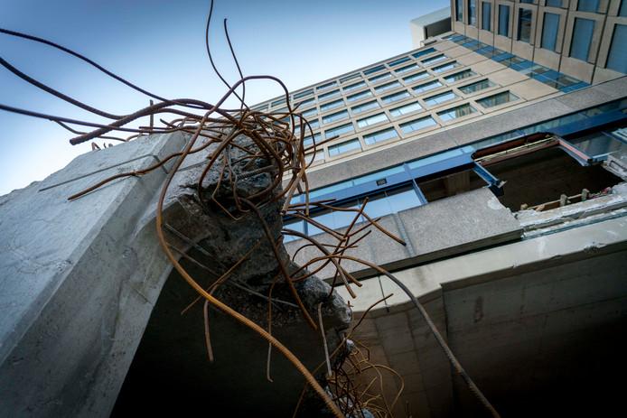 Delen van het voormalige ING-gebouw aan de Velperweg in Arnhem zijn al gesloopt.