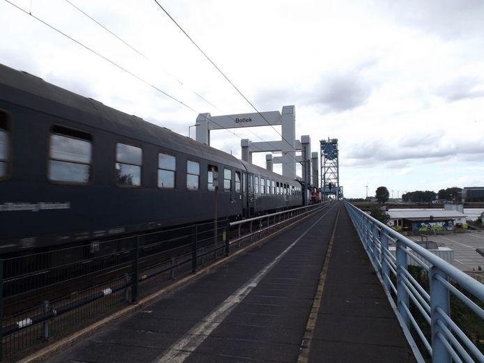 Na 62 jaar rijdt vandaag de laatste trein over de oude Botlekbrug.