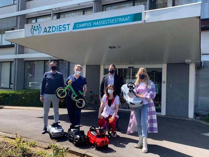 De Mercedes-Benz concessiehouder Groep VDH deelde de afgelopen weken 18 loopwagens en -fietsjes uit aan de kinderafdeling van de ziekenhuizen in Diest. Ook She's Mercedes ambassadeur Celine Van Ouytsel woonde een overhandiging bij.