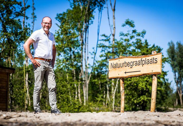 Marc Hesp bij de natuurbegraafplaats in Heinenoord.