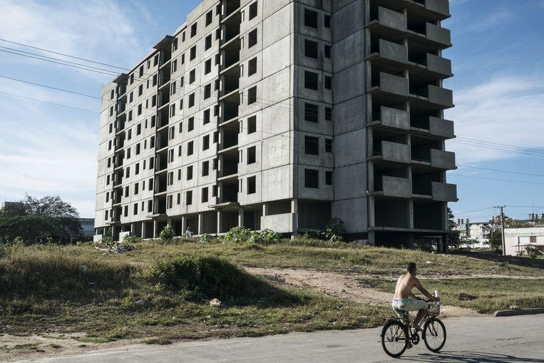 Een verlaten flatgebouw getuigt van de grootse Russisch-Cubaanse nucleaire plannen.  Beeld Bloomberg via Getty Images