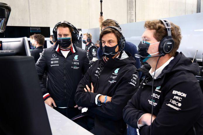 Onder meer Toto Wolff in de garage van Mercedes.