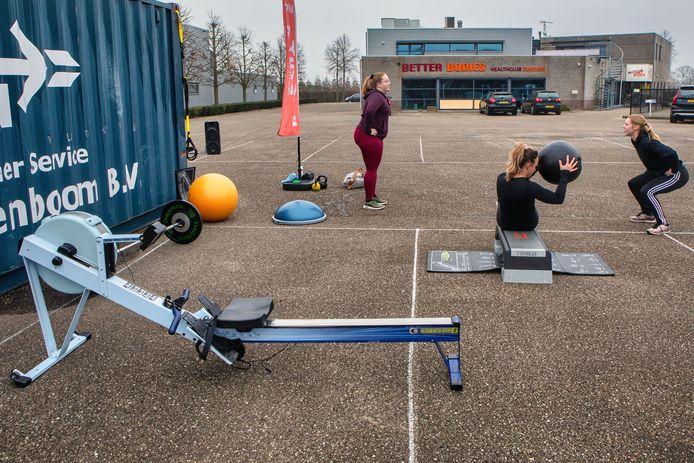 Sportscholen in de regio voerden actie omdat ze weer open willen. In de buitenlucht gaven ze circuittrainingen, zoals hier bij Better Bodies Healthclub in Zundert.