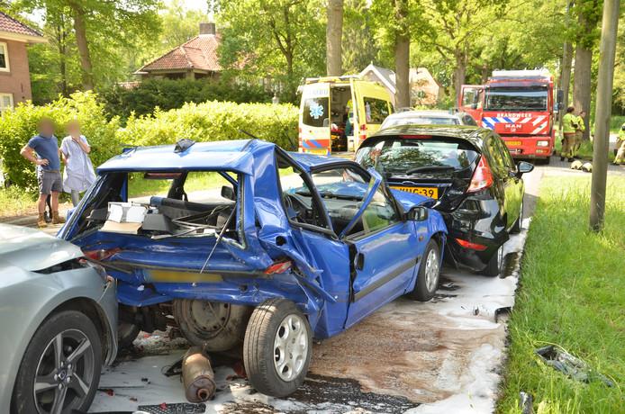 Een viertal personenauto's botsten achterop elkaar nadat de voorste auto wilde afslaan naar een erf.