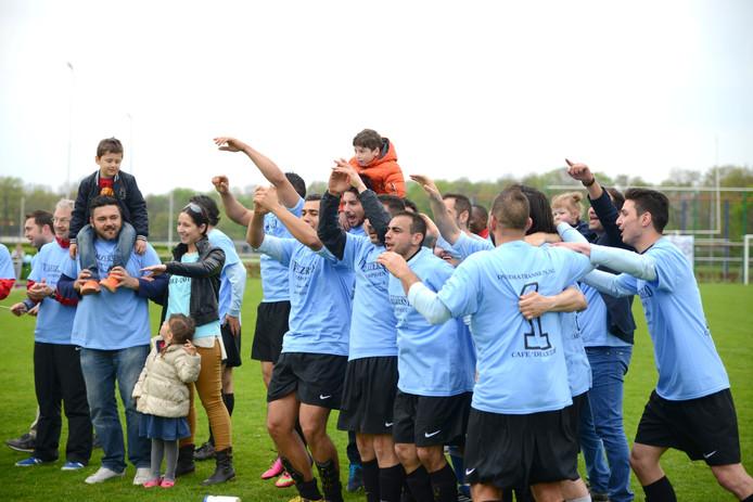 Hoogtepunt uit het vijfjarige bestaan van Keizerstad: het eerste elftal van de Nijmeegse club viert de titel in de vierde klasse A.