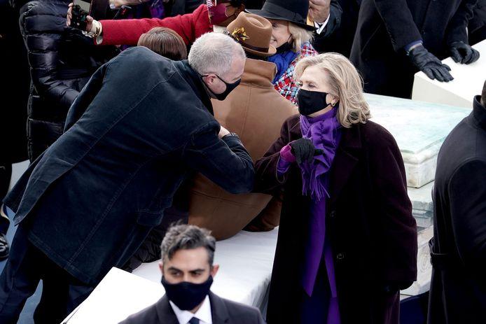 Hillary Clinton geeft een elleboogje aan volksvertegenwoordiger Sean Maloney.