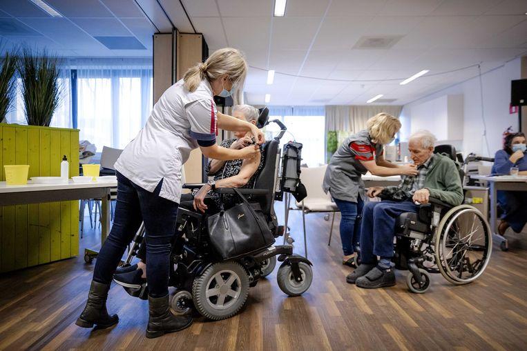 In veel verpleeghuizen hebben gevaccineerde bezoekers nog altijd alleen contact met personeel.  Beeld ANP