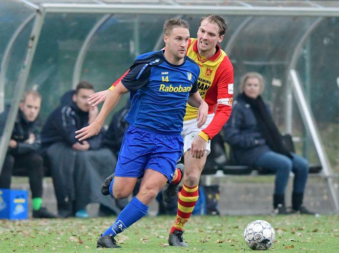 Peter Huijgen - in duel met Fabian Put van CSV Apeldoorn - neemt in de zomer na twaalf seizoenen afscheid van Nunspeet.