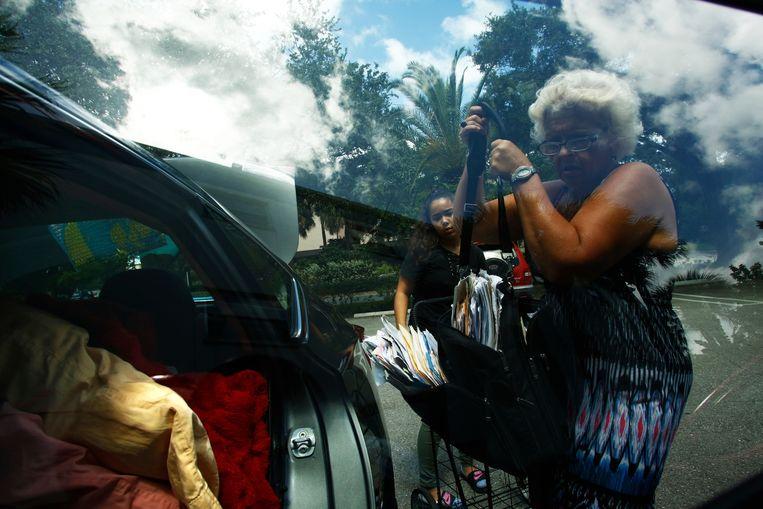 Een vrouw en haar kleindochter maken zich op zaterdag op voor evacuatie uit St. Petersburg, Florida. Beeld AFP
