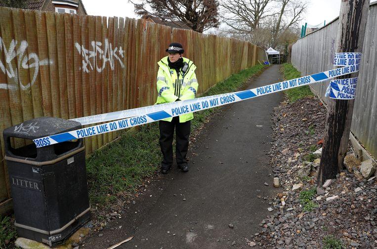 Een politieagent houdt de wacht aan de woning van de Skripals in Salisbury. Onderzoekers gaan er nu van uit dat de twee aan hun woning eerst in contact kwamen met het zenuwgif.  Beeld REUTERS