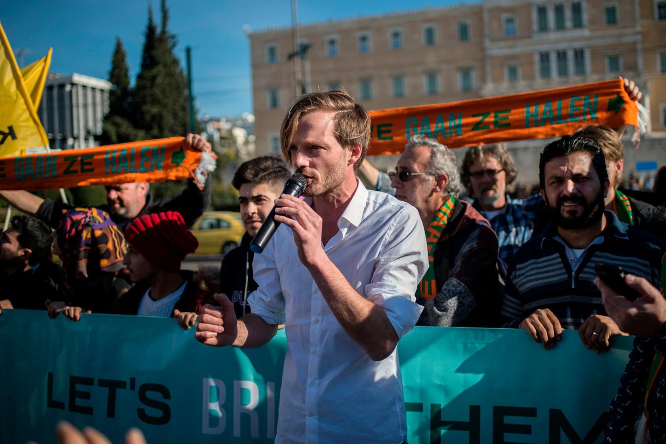 Rikko Voorberg, organisator van We Gaan Ze Halen, spreekt de pers toe voor het Griekse parlement op 24 december.