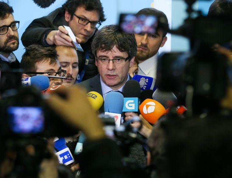Carles Puigdemont op een recente persconferentie in Brussel. De Catalaan verblijft al een hele tijd in België, maar waar hij nu is, is niet geweten. Beeld EPA