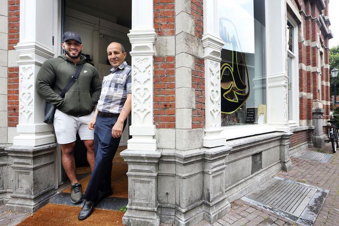 Mohamed Lemhadi & Mohammed Lemhadi bij de winkel van 'Mo Bicep'.