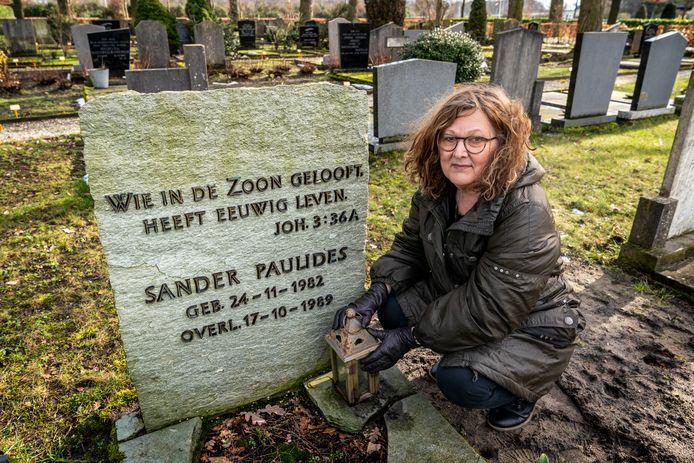 Mieke Kroonen bij het graf van haar 6-jarig zoontje Sander op de begraafplaats in Sprang-Capelle.