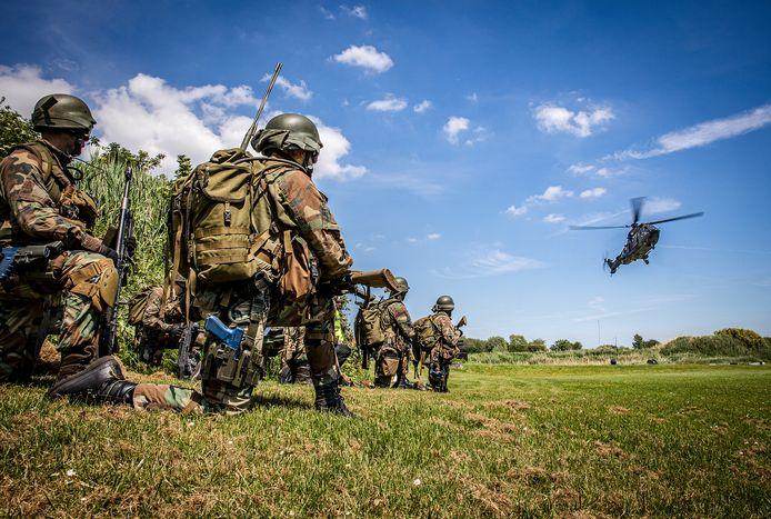 De marine en luchtmacht oefenen bij Fort Buitensluis in Numansdorp.