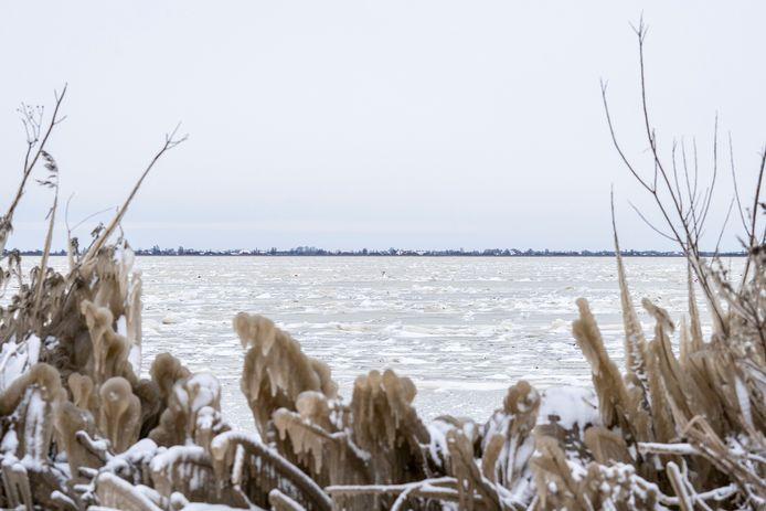 Het dicht gevroren Slotermeer bij Balk (Friesland).