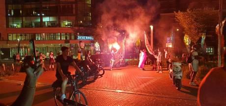 Twentse Oranjefans vieren feestje op straat na winst op Oostenrijk