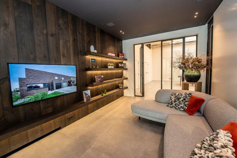 In de living zie je een voorbeeld van hoe een aircosysteem mooi verborgen kan worden. Bemerk je de gleuf onder te tv en tegen de vloer?