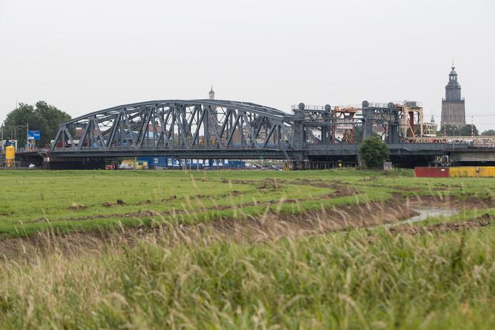 Archieffotot van de oude IJsselbrug bij Zutphen.