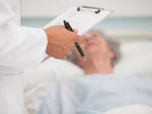 Un médecin soupçonné d'avoir tué deux patients contaminés pour libérer des lits