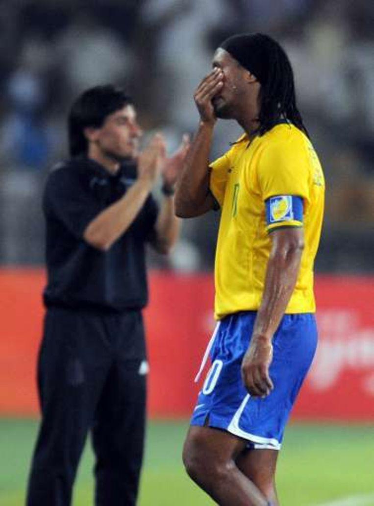 Ronaldinho verbijt de ontgoocheling na de verloren halve finale tegen Argentinië. Beeld UNKNOWN