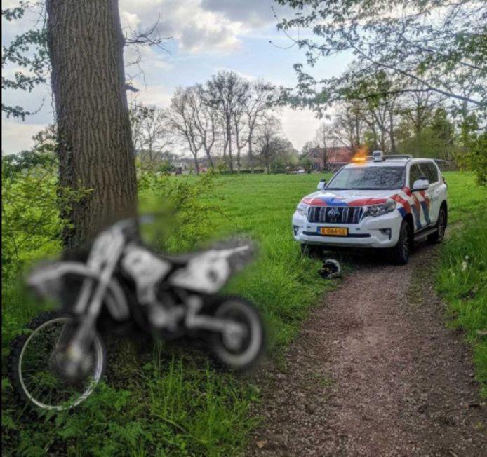 De politie heeft de motorcrosser op de bon geslingerd.