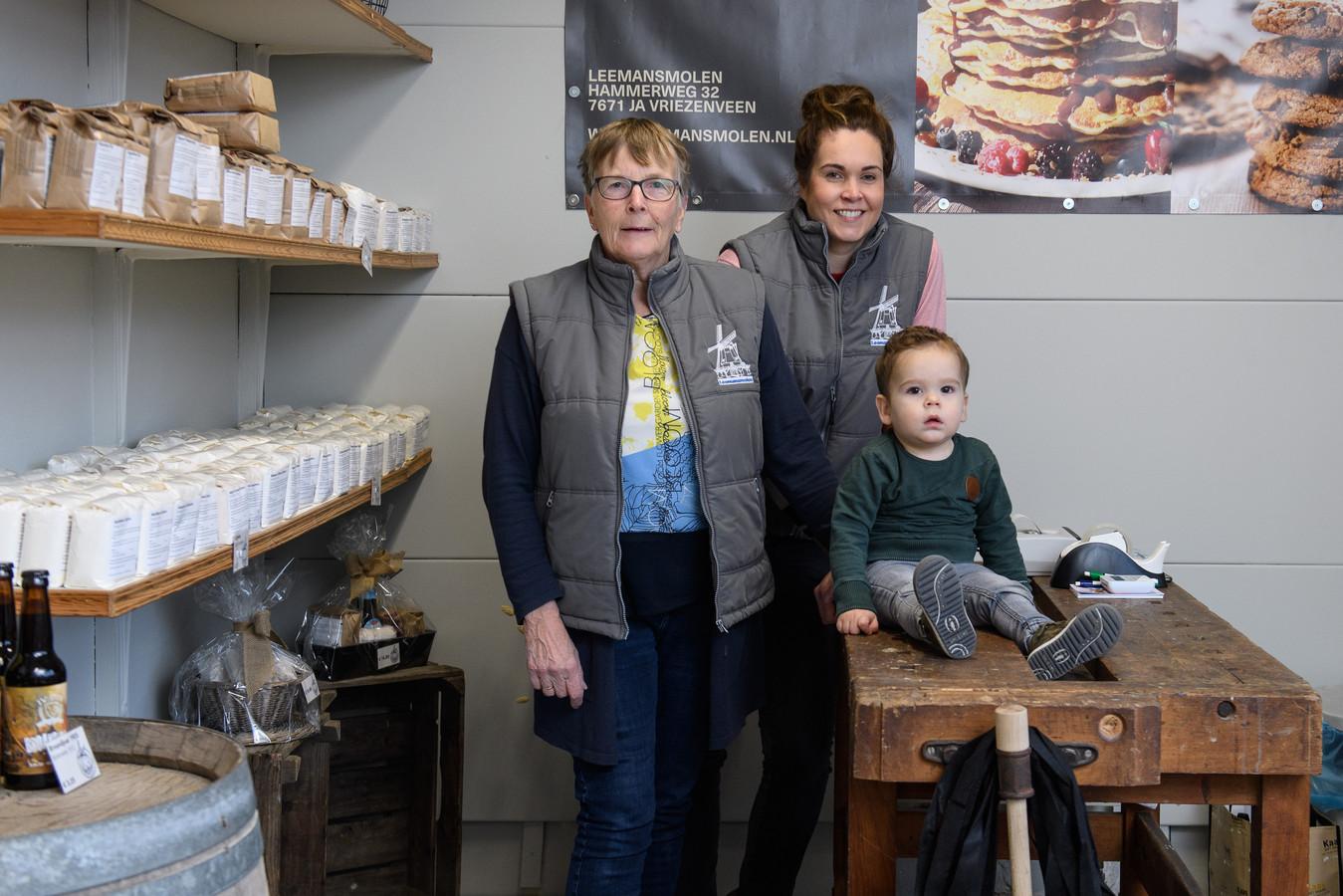 Hanneke, Berthe en Lars (vlnr) in de winkel. Dochter Berthe zet de winkel in meelproducten voort.