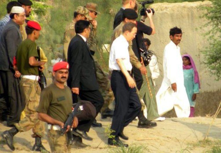 Ban Ki-moon tijdens zijn bezoek aan het getroffen gebied in Pakistan. ANP Beeld