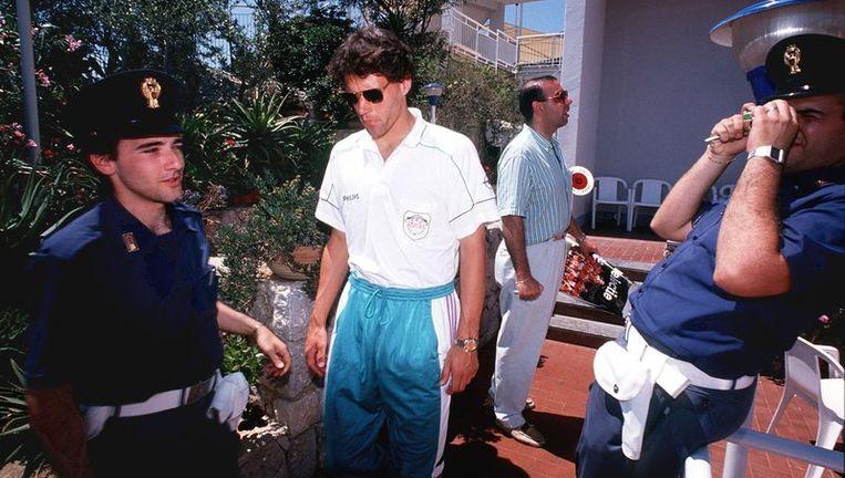Marco van Basten verlaat tijdens het WK 1990 het zwaar bewaakte hotel van Oranje. Foto ANP Beeld