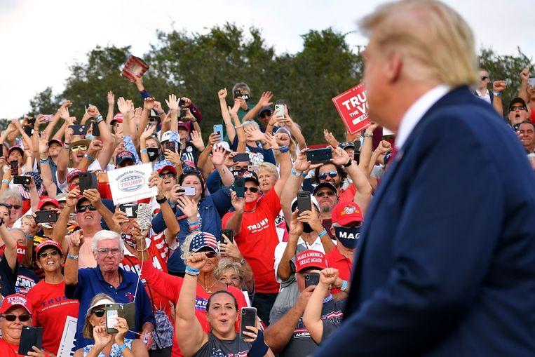 Donald Trump wordt luid toegejuicht voor zijn campagnespeech in The Villages Polo Club, op 23 oktober. Beeld AFP