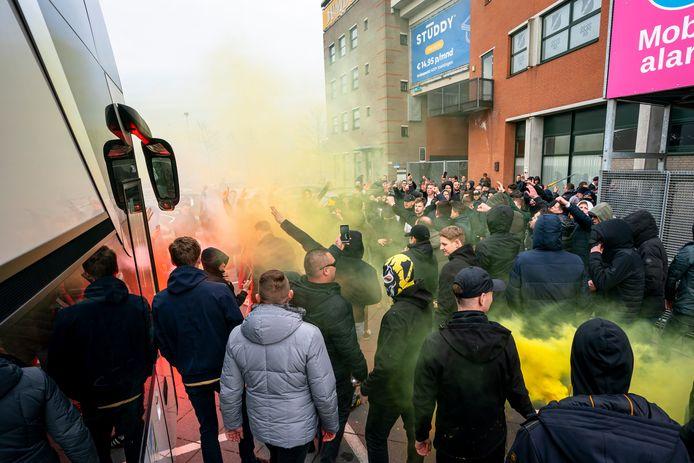 NAC-supporters bij de spelerbus.