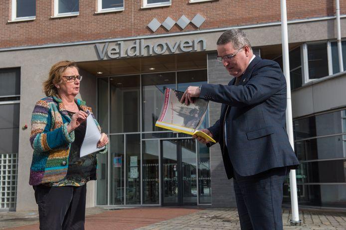 Mieke van Liesdonk overhandigt de petitie aan burgemeester Marcel Delhez van Veldhoven.