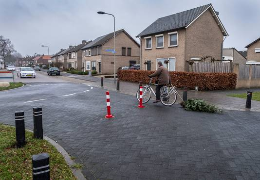 Fietsers maken dankbaar gebruik van de doorgang die voor hun nog weg toegankelijk is in de Willem Boyeweg in Gennep.