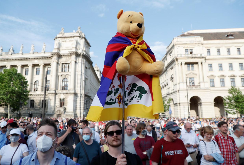 Een betoger met een Winnie de Poeh-beer zaterdag bij de grote demonstratie in Boedapest. De Poeh-beer verwijst naar de Chinese president Xi Jinping, die volgens internetters qua gezichtsuitdrukkingen op hem lijkt. Beeld Reuters