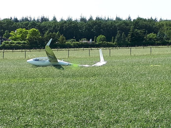Een eenpersoons zweefvliegtuigje maakte een harde landing in een weiland in Rhenen.