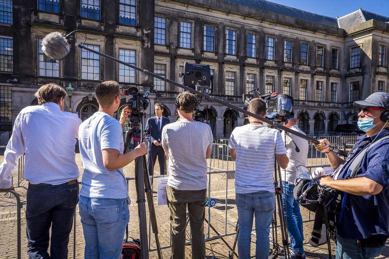 CDA-leider Wopke Hoekstra spreekt journalisten maandag toe voor zijn gesprek met informateur Mariëtte Hamer. Beeld ANP
