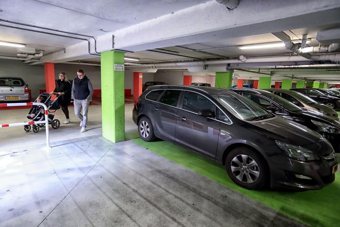 Centrumbewoners in Bergen op Zoom kunnen hun parkeervergunning voor de straten in het stadshart met een extra abonnement van 30 euro uitbreiden naar de parkeergarages Achter de Grote Markt en De Parade.