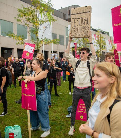 Duizenden demonstranten bij protestmars Unmute Us in kletsnat Nijmegen: 'Ik ben het helemaal zat, Nederland moet en zal open gaan'