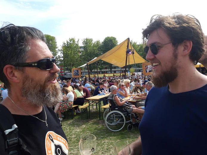 Pieter (56) proeft met zijn zoon Luuk (24) allerhande bieren op het festival.
