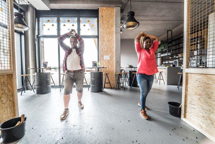 Bijlgooien op de Scheveningse boulevard bij AXES Indoor Axe Throwing
