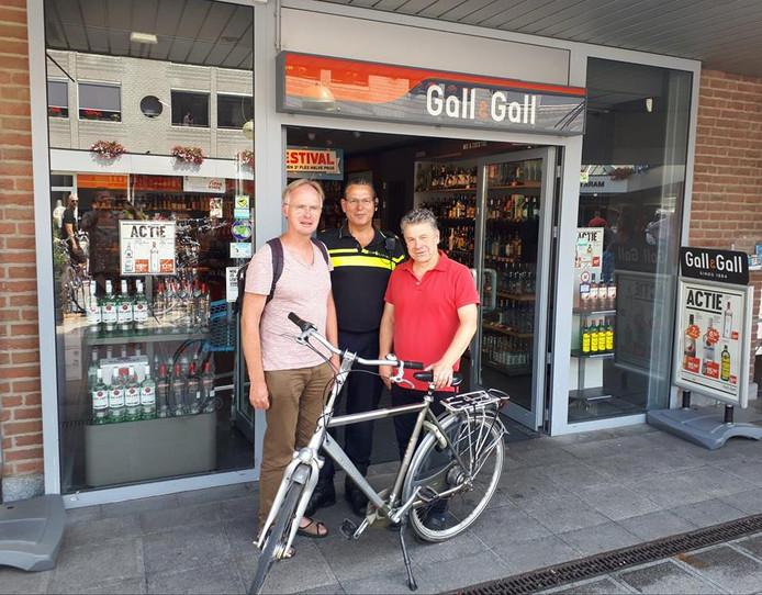 Poseren met de teruggekeerde fiets voor de Gall & Gall.