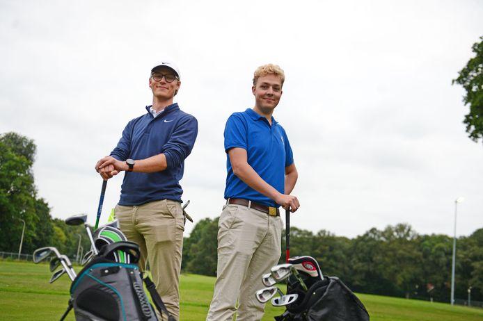 Lieuwe Schoppers (rechts) en Chiem de Jong vinden golf een prima sport voor studenten.