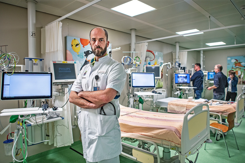 Mark van der Kuil, arts intensive care in het Bernhoven Ziekenhuis in Uden. De kamers worden klaargemaakt voor opvang en behandeling coronapatiënten. Beeld Guus Dubbelman / de Volkskrant